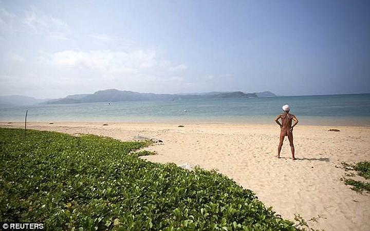 Cuộc sống trên hoang đảo không mảnh vải che thân của cụ ông 82 tuổi - Ảnh 6.