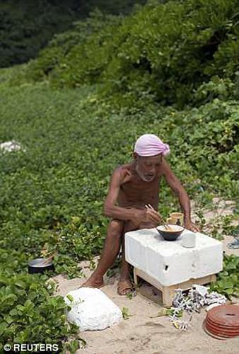 Cuộc sống trên hoang đảo không mảnh vải che thân của cụ ông 82 tuổi - Ảnh 9.