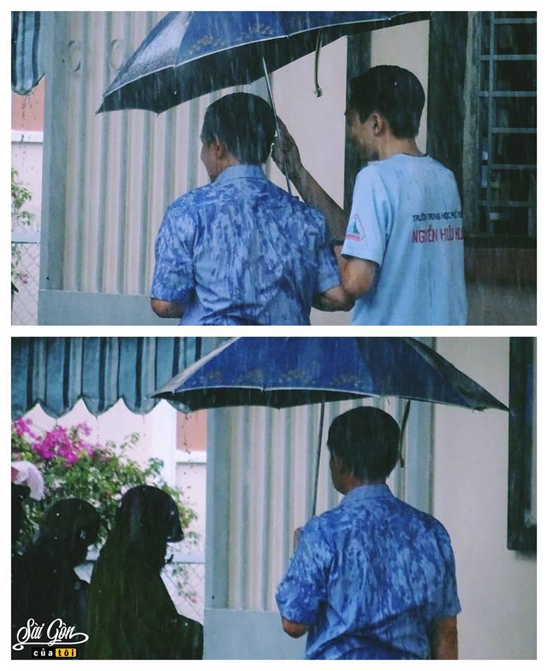 Bức ảnh lưng áo bố đẫm nước mưa vì lo che ô cho con vào phòng thi: Cả đời này, bố mẹ sẽ luôn đợi chúng ta! - Ảnh 2.