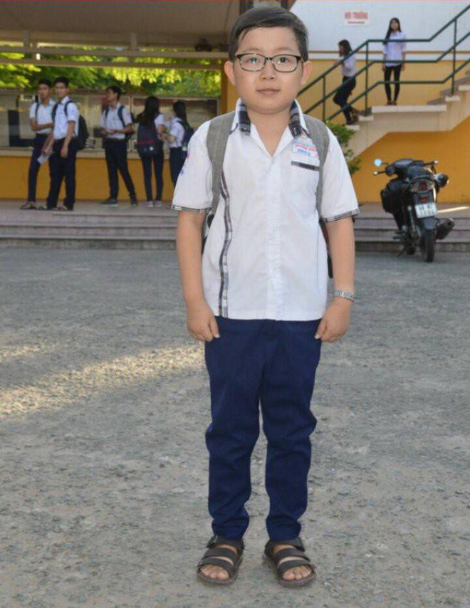 Sĩ tử mini 18 tuổi bụ bẫm xinh trai, cao tròn 1 mét đi thi THPT Quốc gia tại Sóc Trăng - Ảnh 1.