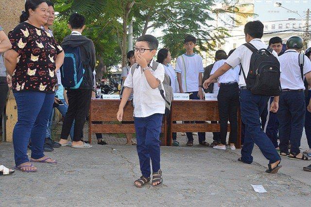 Sĩ tử mini 18 tuổi bụ bẫm xinh trai, cao tròn 1 mét đi thi THPT Quốc gia tại Sóc Trăng - Ảnh 2.