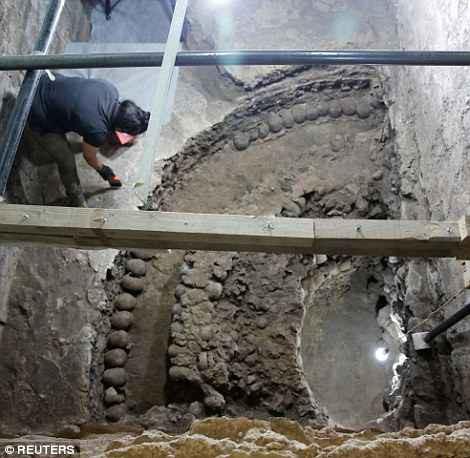 Tòa tháp xương bí ẩn ở Mexico hé lộ một khía cạnh rùng rợn khác trong nghi lễ hiến tế người của dân tộc Aztec cổ đại - Ảnh 2.