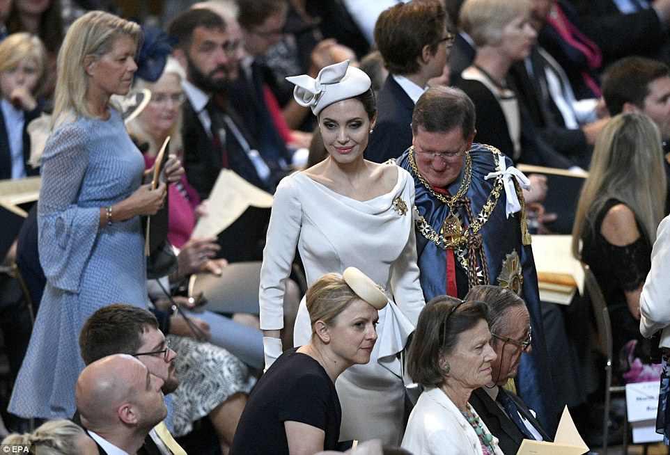 Angelina Jolie xuất hiện cực xinh đẹp và quý phái tại sự kiện của Hoàng gia Anh - Ảnh 6.