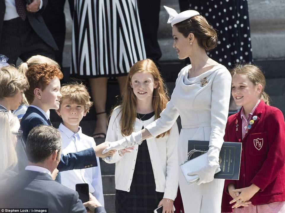 Angelina Jolie xuất hiện cực xinh đẹp và quý phái tại sự kiện của Hoàng gia Anh - Ảnh 3.