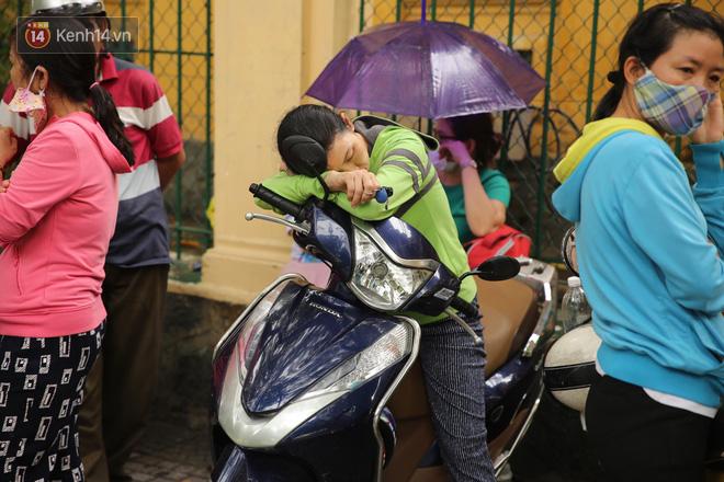 Hình ảnh phụ huynh đội mưa, đội nắng đưa con đi thi: Tự tin nhé con ơi, có bố mẹ làm hậu phương đây rồi! - Ảnh 4.