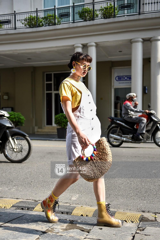 Street style 2 miền: Sài Gòn cool ngầu phá cách bao nhiêu, Hà Nội lại đơn giản nữ tính bấy nhiêu - Ảnh 15.