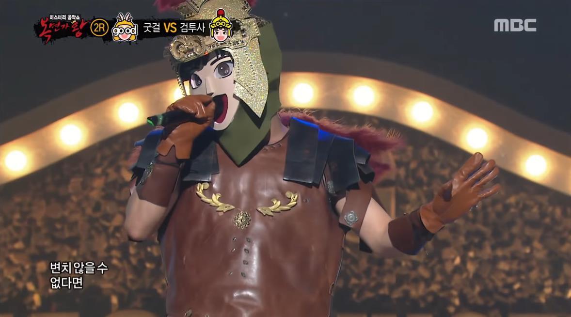 Trưởng nhóm boygroup giọng khủng cover Pick Me khiến thành viên Wanna One phì cười trên show hát giấu mặt - Ảnh 1.