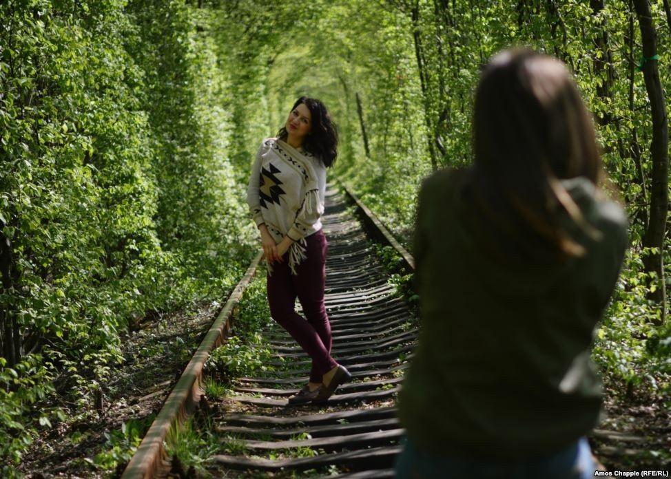 """Ghé thăm """"đường hầm tình yêu"""" đẹp ma mị ở Ukraine, nơi những cặp đôi một lần lạc bước sẽ chẳng muốn quay về - Ảnh 7."""