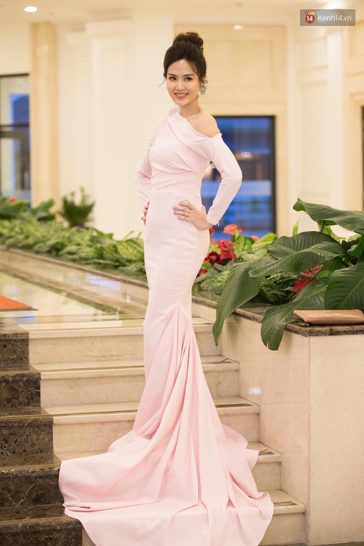 Cùng một thảm đỏ: Hoa hậu chuyển giới Hương Giang lấn át hẳn dàn Hoa hậu, Á hậu về cả thần thái lẫn độ sexy - Ảnh 10.