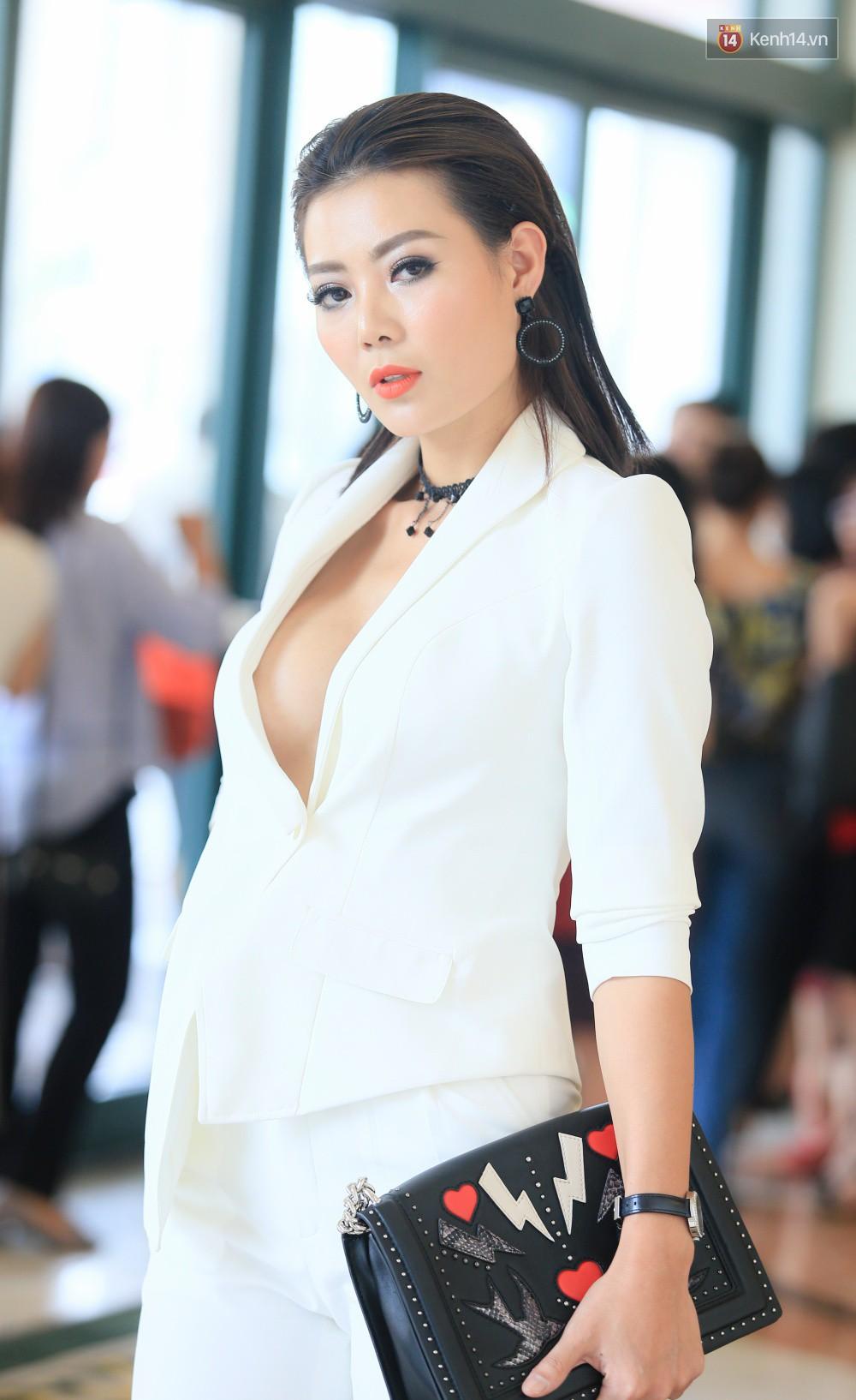 Vào vai gái làng chơi, dàn sao nữ phim Quỳnh búp bê đồng loạt khoe ngực táo bạo trong họp báo - Ảnh 2.