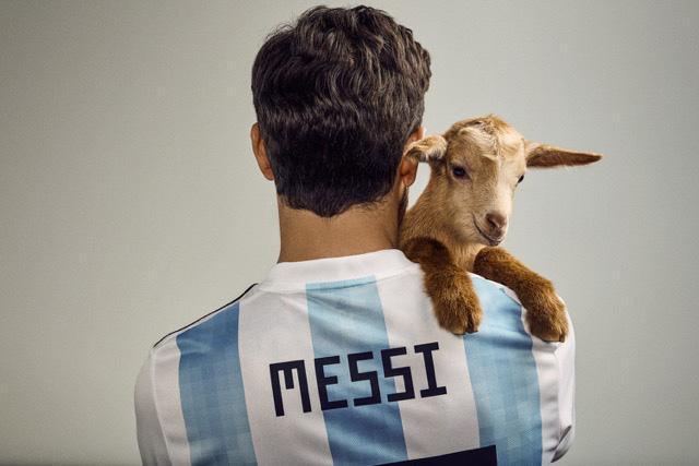 Messi có buổi chụp hình kỳ lạ cùng chú dê trước thềm World Cup 2018 - Ảnh 2.