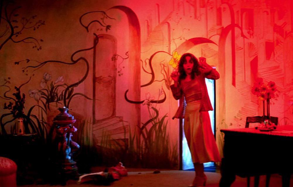 Mỹ nhân 50 Sắc Thái thẫn thờ trong vũ điệu tử thần trong phim kinh dị Suspiria - Ảnh 1.