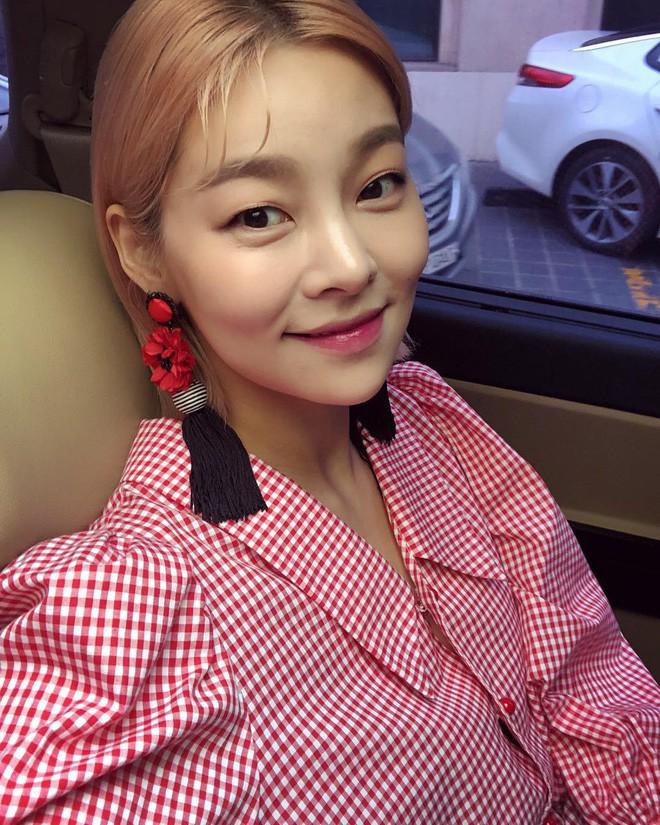 Chiếc áo họa tiết gingham này có gì hay mà lại đốn tim loạt sao nữ Hàn và luôn trong tình trạng cháy hàng - Ảnh 5.