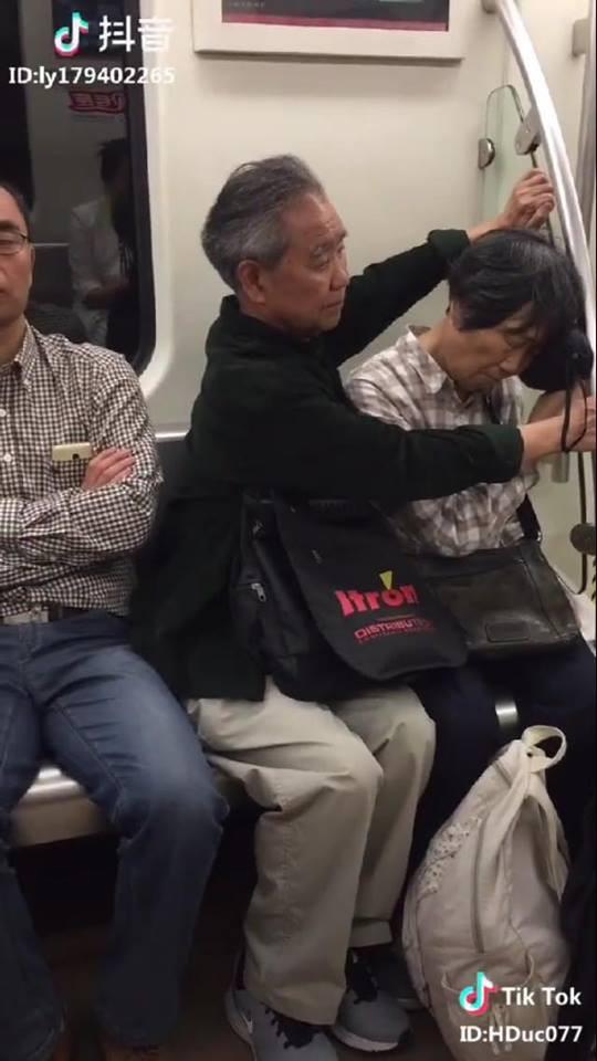 Cảm động với clip cụ ông ghì chặt hai tay làm điểm tựa cho cụ bà ngủ ngon lành trên tàu điện - Ảnh 2.