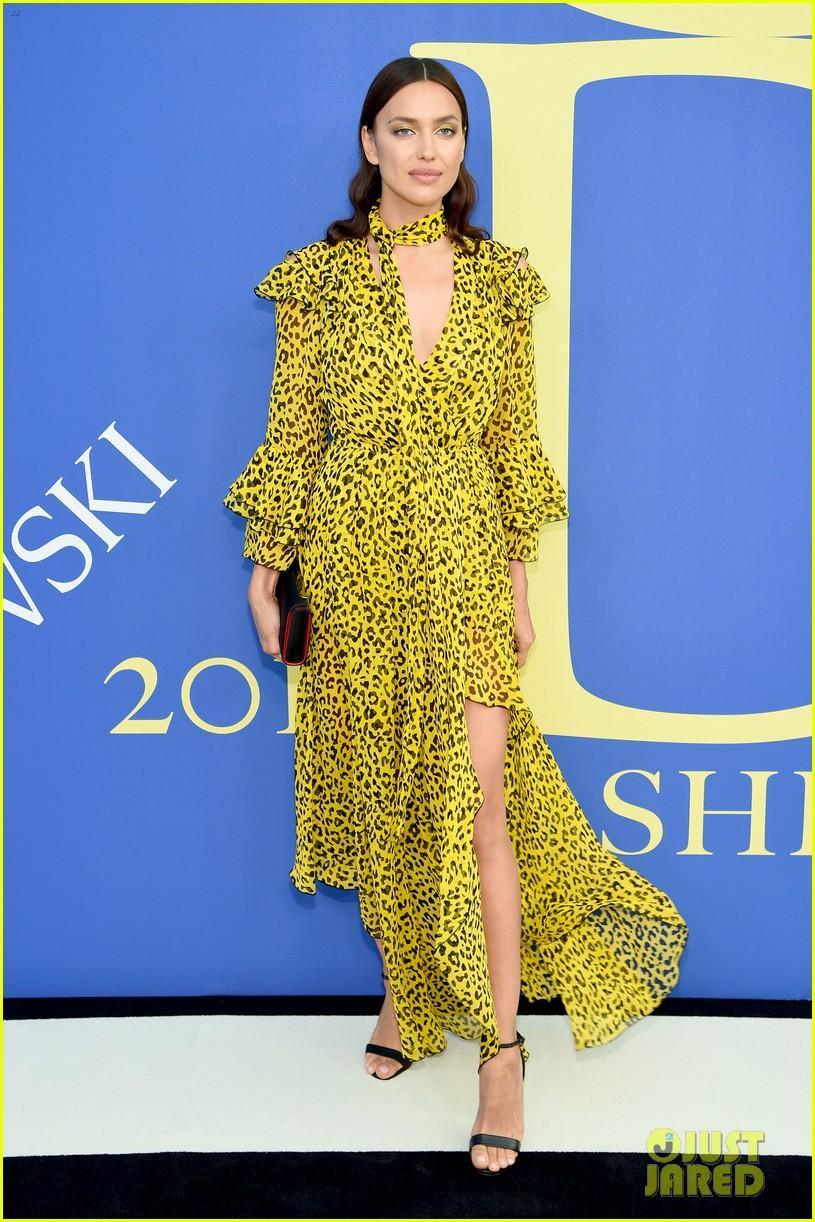 irina-shayk-rosie-huntington-whiteley-cfda-fashion-awards-01-15281610937641698971207.jpg