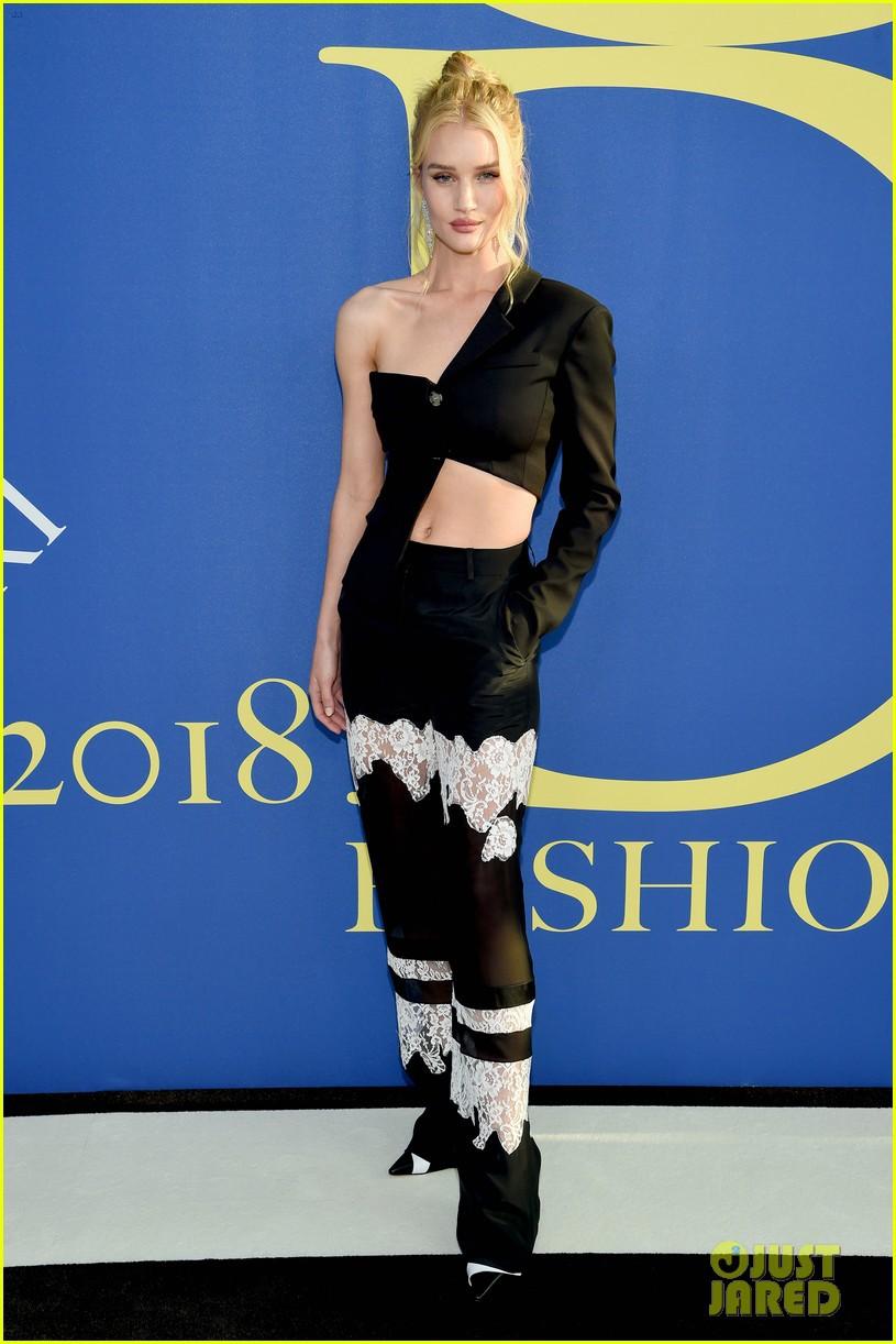 irina-shayk-rosie-huntington-whiteley-cfda-fashion-awards-05-15281611104921947498562.jpg