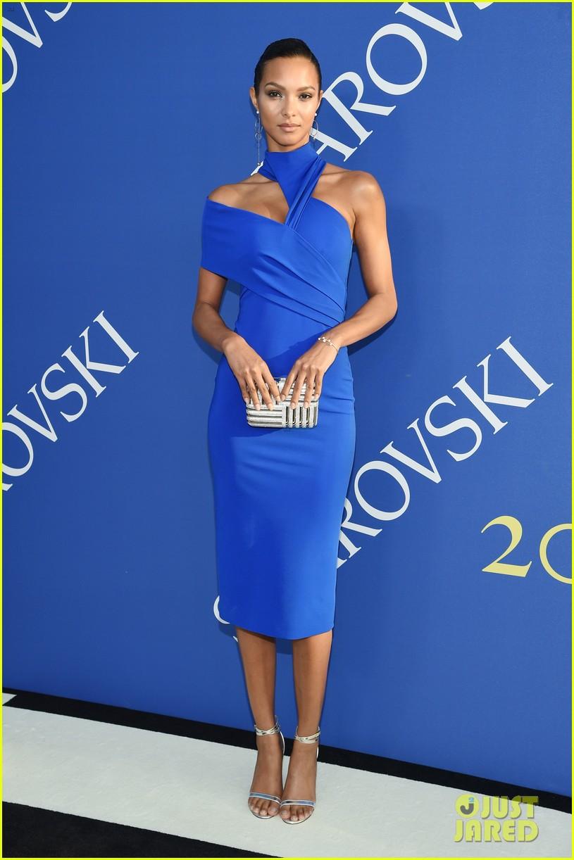 lily-aldridge-alessandra-ambrosio-cfda-fashion-awards-04-1528161221764841847240.jpg