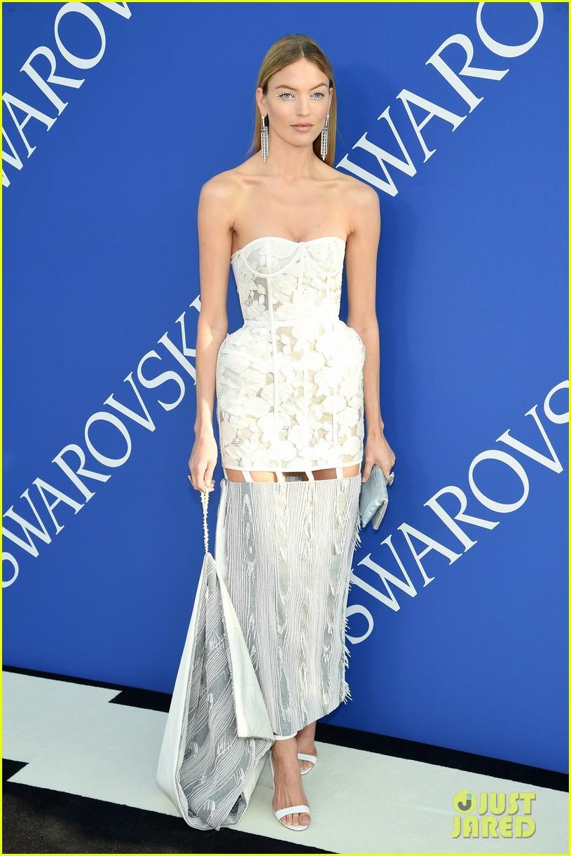 lily-aldridge-alessandra-ambrosio-cfda-fashion-awards-06-1528161236000467913781.jpg