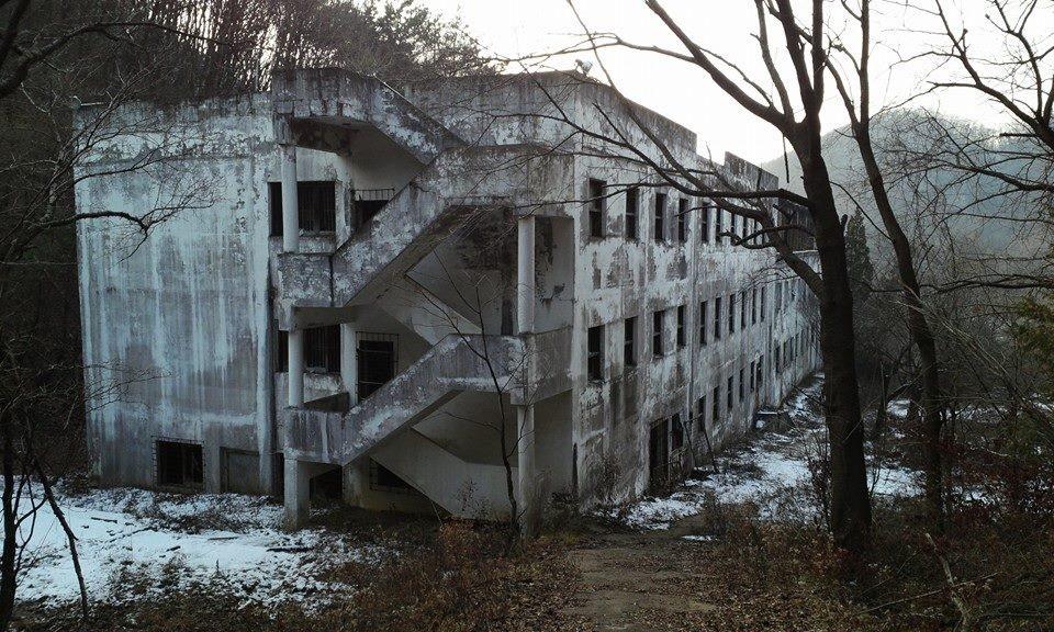Bị buộc đóng cửa sau hàng loạt cái chết bí ẩn, bệnh viện tâm thần bị bỏ hoang 20 năm tại Hàn Quốc là một trong những nơi đáng sợ nhất thế giới - Ảnh 1.
