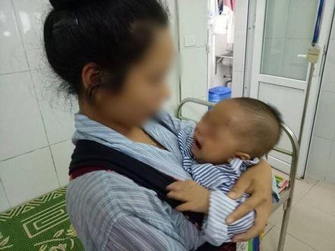 Người mẹ trẻ 18 tuổi nhỏ sữa vào mắt con khiến trẻ hỏng một bên mắt - Ảnh 1.