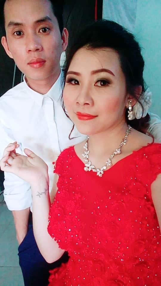 Cô dâu trẻ tuổi 20 nhắm mắt đưa mặt cho chuyên viên trang điểm, mở mắt ra bỗng hóa bà cô già U40 - Ảnh 3.