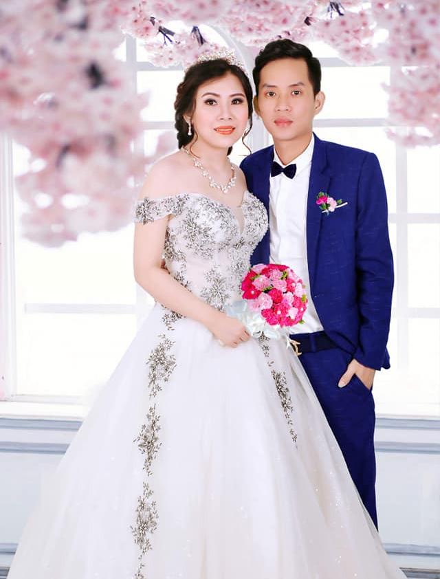 Cô dâu trẻ tuổi 20 nhắm mắt đưa mặt cho chuyên viên trang điểm, mở mắt ra bỗng hóa bà cô già U40 - Ảnh 4.