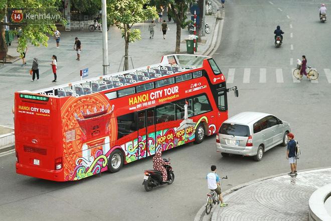 Sau một tuần lăn bánh, xe buýt mui trần giá vé 300 nghìn đồng/4 tiếng đìu hiu khách ở Hà Nội - Ảnh 5.