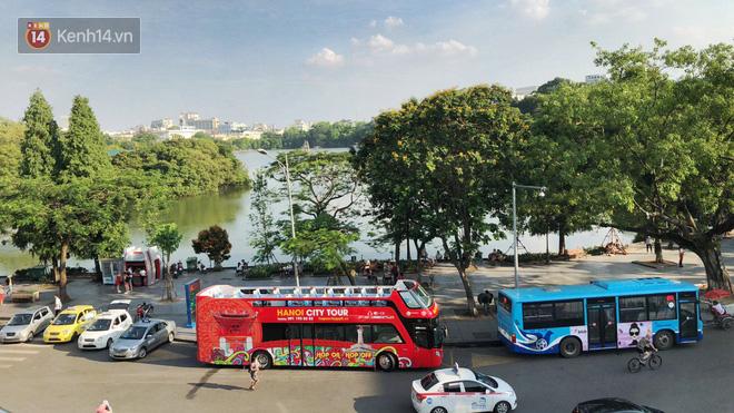 Sau một tuần lăn bánh, xe buýt mui trần giá vé 300 nghìn đồng/4 tiếng đìu hiu khách ở Hà Nội - Ảnh 8.