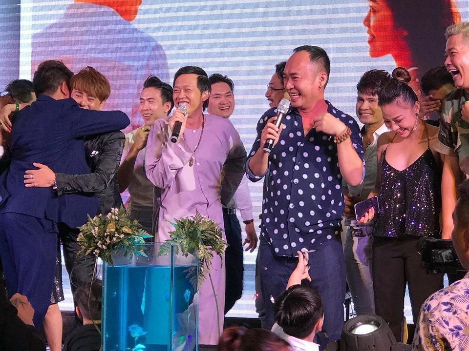Clip: Hoài Linh vừa hát Túp lều lý tưởng, vừa nhảy tưng bừng tại đám cưới đàn em - Ảnh 2.