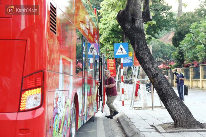 Sau một tuần lăn bánh, xe buýt mui trần giá vé 300 nghìn đồng/4 tiếng đìu hiu khách ở Hà Nội - Ảnh 7.