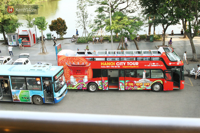 Sau một tuần lăn bánh, xe buýt mui trần giá vé 300 nghìn đồng/4 tiếng đìu hiu khách ở Hà Nội - Ảnh 2.
