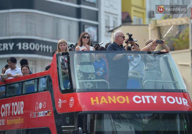 Sau một tuần lăn bánh, xe buýt mui trần giá vé 300 nghìn đồng/4 tiếng đìu hiu khách ở Hà Nội - Ảnh 1.