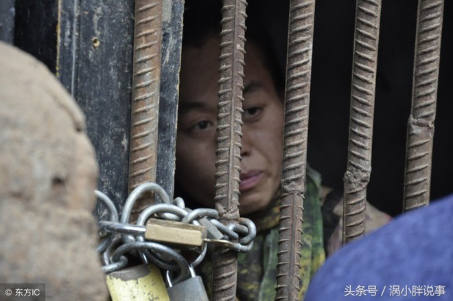 Trung Quốc: Chua xót mẹ già nhốt con gái trong lồng gỗ vì căn bệnh lạ - Ảnh 1.