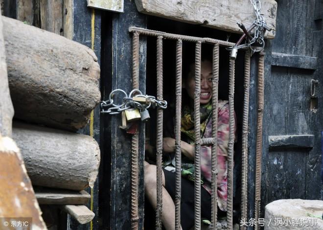 Trung Quốc: Chua xót mẹ già nhốt con gái trong lồng gỗ vì căn bệnh lạ - Ảnh 2.