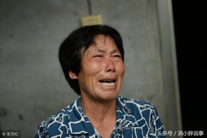 Trung Quốc: Chua xót mẹ già nhốt con gái trong lồng gỗ vì căn bệnh lạ - Ảnh 3.