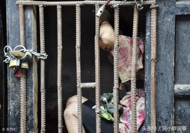 Trung Quốc: Chua xót mẹ già nhốt con gái trong lồng gỗ vì căn bệnh lạ - Ảnh 6.