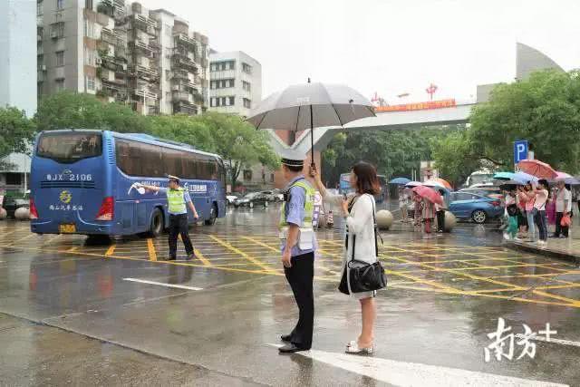 Những hình ảnh ấn tượng trong ngày thi đại học đầu tiên ở Trung Quốc - kỳ thi khắc nghiệt nhất thế giới - Ảnh 2.