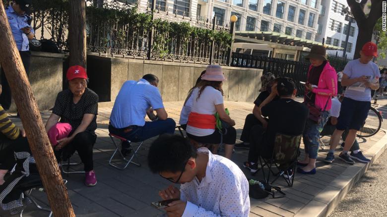 Những hình ảnh ấn tượng trong ngày thi đại học đầu tiên ở Trung Quốc - kỳ thi khắc nghiệt nhất thế giới - Ảnh 9.