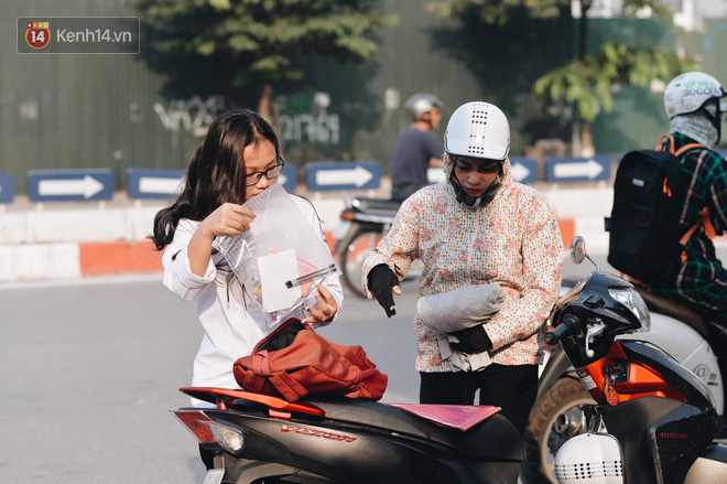 Ngày đầu thi tuyển sinh lớp 10 2018 Hà Nội: Kỳ thi khó hơn thi đại học - Ảnh 8.