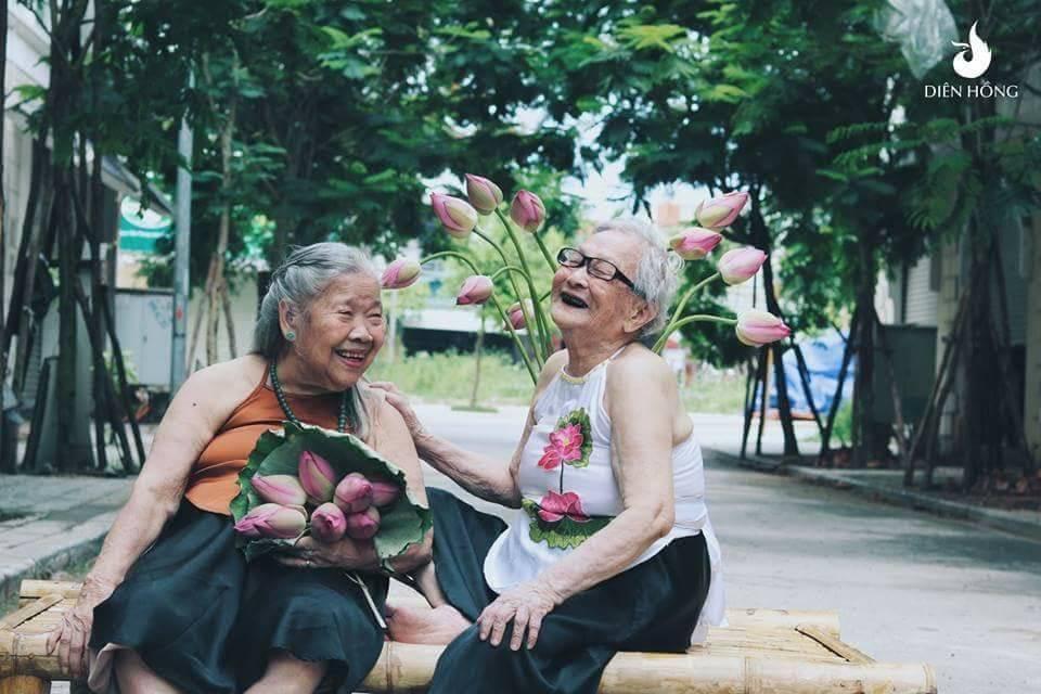 Bộ ảnh Sen của 2 bà cụ khiến cư dân mạng ước ao lúc về già cũng có một BFF như thế - Ảnh 8.