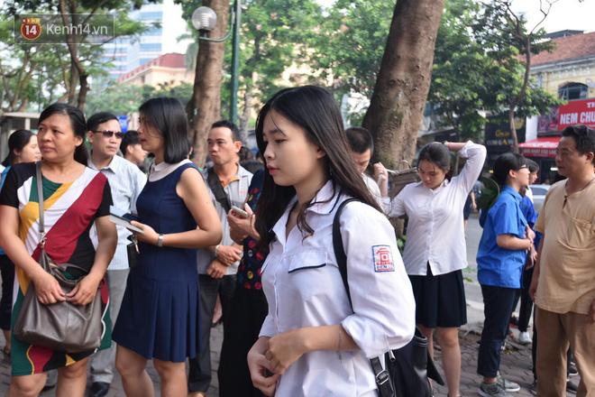 Ngày đầu thi tuyển sinh lớp 10 2018 Hà Nội: Kỳ thi khó hơn thi đại học - Ảnh 16.