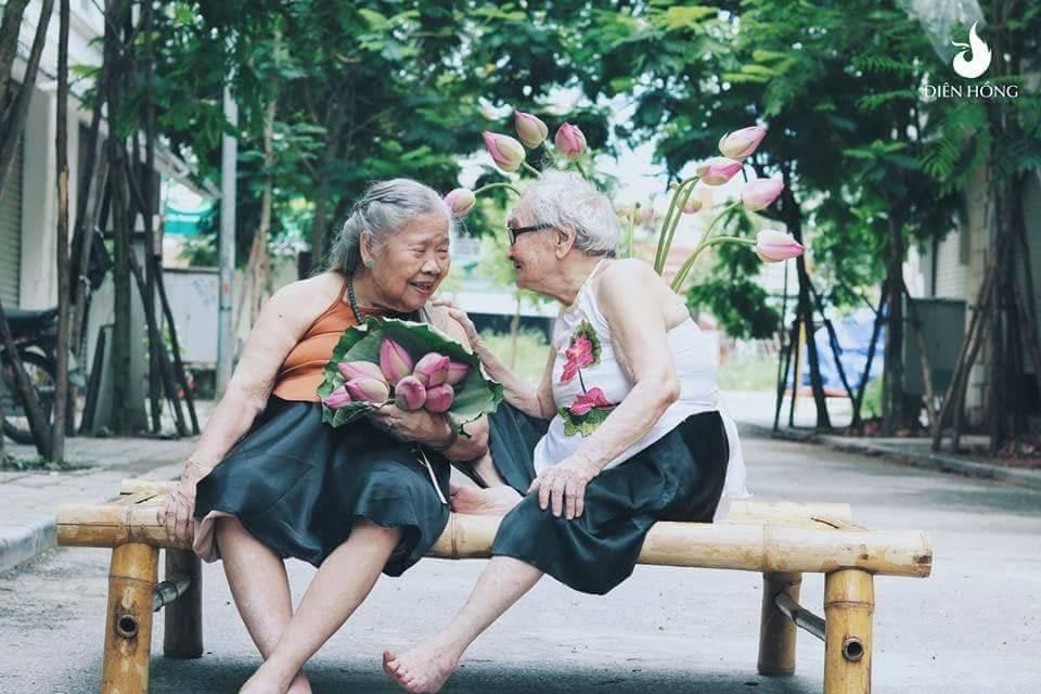 Bộ ảnh Sen của 2 bà cụ khiến cư dân mạng ước ao lúc về già cũng có một BFF như thế - Ảnh 7.