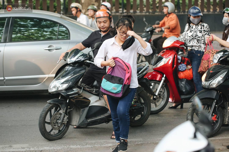 Ngày đầu thi tuyển sinh lớp 10 2018 Hà Nội: Kỳ thi khó hơn thi đại học - Ảnh 4.