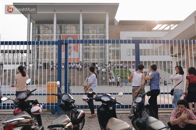 Ngày đầu thi tuyển sinh lớp 10 2018 Hà Nội: Kỳ thi khó hơn thi đại học- Ảnh 7.