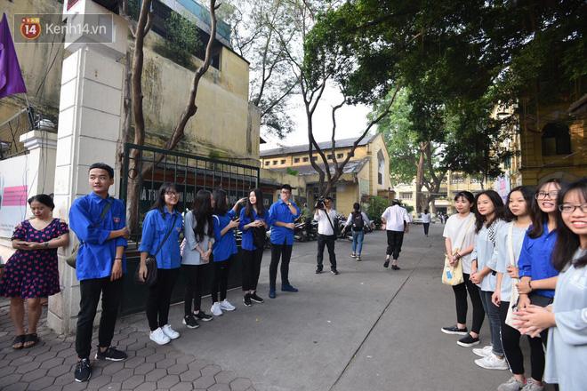 Ngày đầu thi tuyển sinh lớp 10 2018 Hà Nội: Kỳ thi khó hơn thi đại học - Ảnh 18.