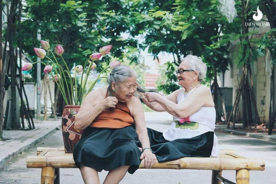Bộ ảnh Sen của 2 bà cụ khiến cư dân mạng ước ao lúc về già cũng có một BFF như thế - Ảnh 4.