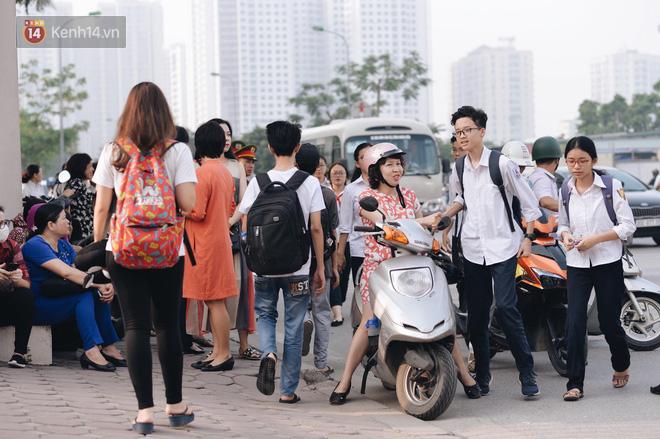 Ngày đầu thi tuyển sinh lớp 10 2018 Hà Nội: Kỳ thi khó hơn thi đại học - Ảnh 21.