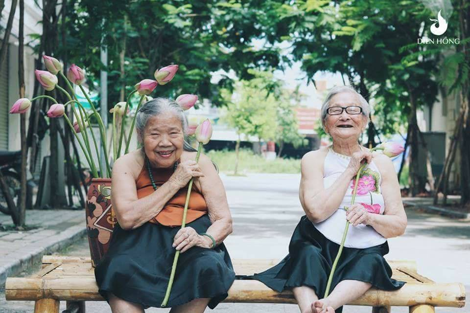 Bộ ảnh Sen của 2 bà cụ khiến cư dân mạng ước ao lúc về già cũng có một BFF như thế - Ảnh 3.