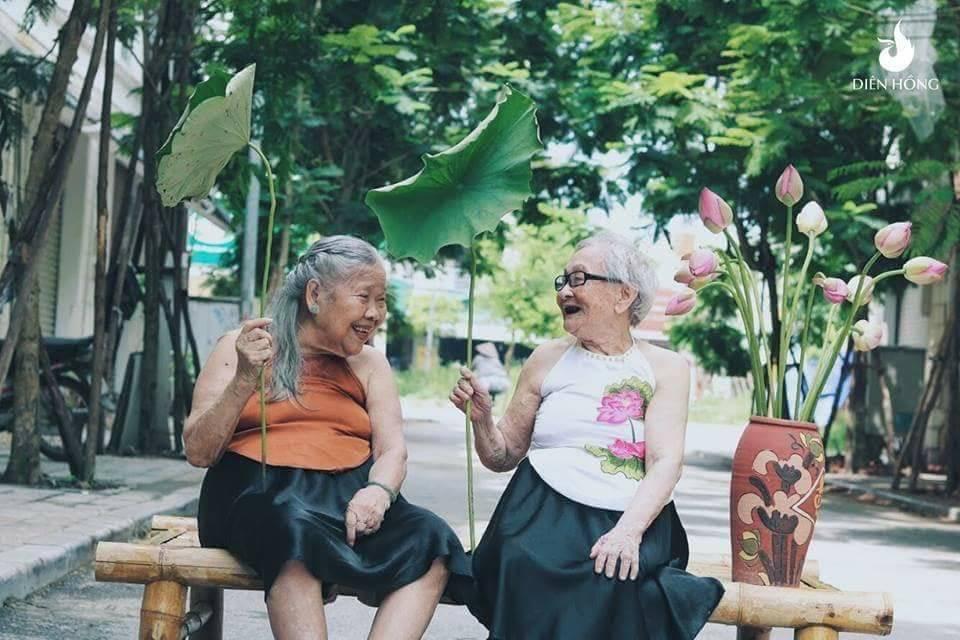 Bộ ảnh Sen của 2 bà cụ khiến cư dân mạng ước ao lúc về già cũng có một BFF như thế - Ảnh 1.