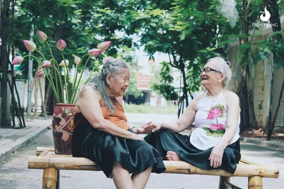Bộ ảnh Sen của 2 bà cụ khiến cư dân mạng ước ao lúc về già cũng có một BFF như thế - Ảnh 2.